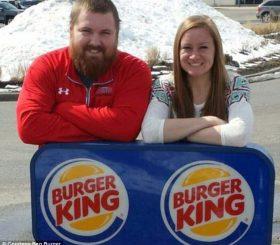 Due persone, Joel Burger e Ashley King, si sposano, e il matrimonio lo offre Burger King