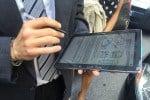 Il controllocon il tablet  di un'autovettura Locauto Rent