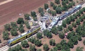 veduta aerea di uno scontro tra treni