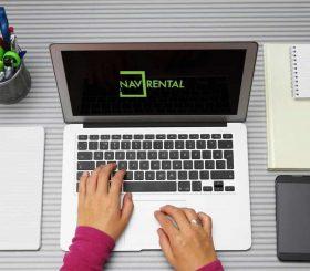 pc aperto sulla schermata logo Nav Rental