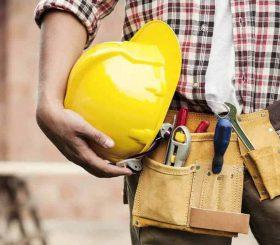 operaio con casco di sicurezza