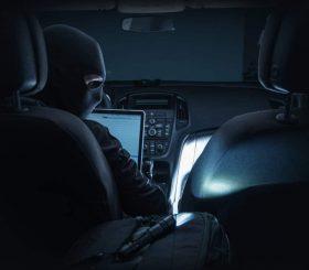 ladro in un'auto