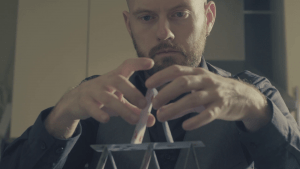uomo che costruisce una piramide di carte da gioco