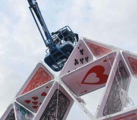 piattaforma aerea su piramide carte da gioco