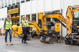 escavatori su un piazzale