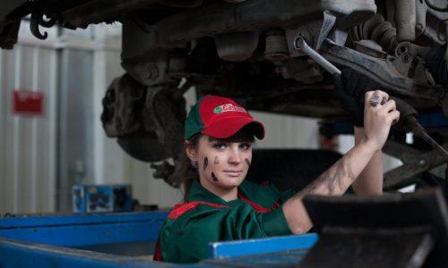 giovane donna meccanico che ripara un mezzo