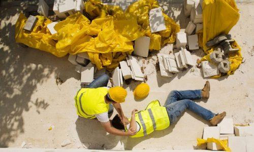 operaio a terra dopo incidente in cantiere