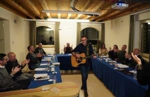 docente con chitarra durante un corso di formazione