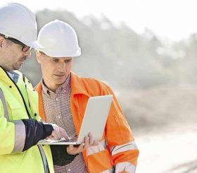 lavoratori in cantiera con tablet