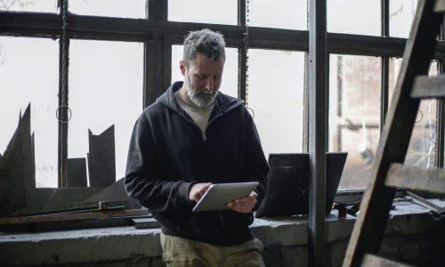 uomo-usa-tablet-piattaforma-software-noleggio